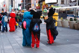 Hahmot tauolla Times Squarella