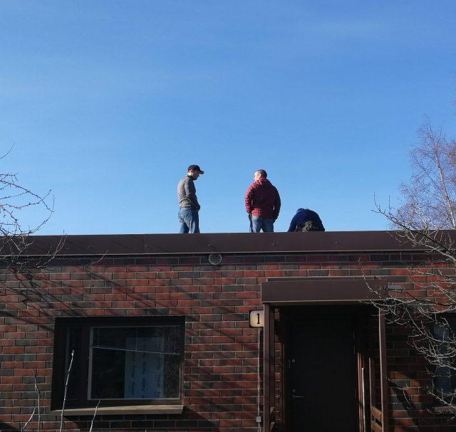 Miehiä katolla